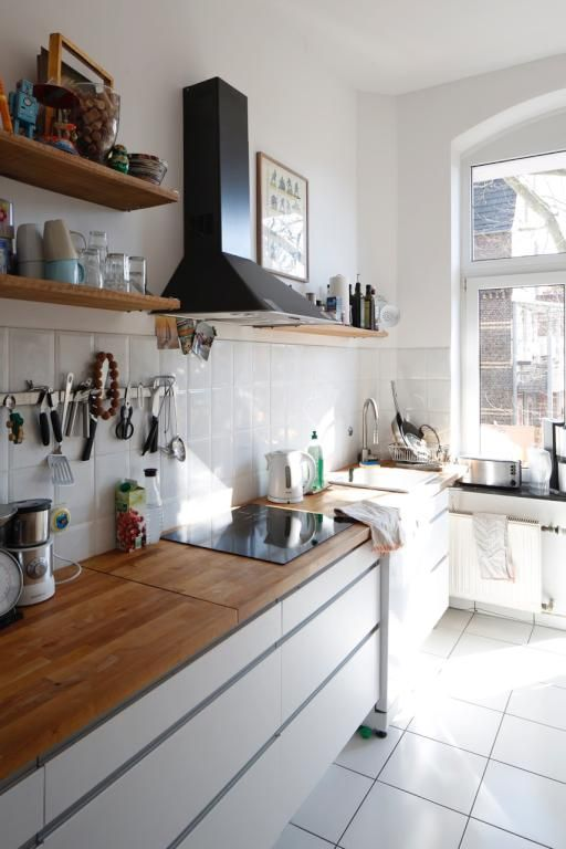 Moderne und helle Küche in Köln mit weißen Fliesen und Arbeitsplatte ...