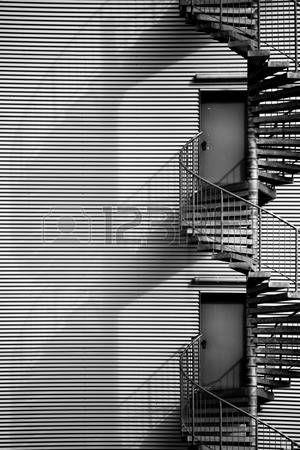 Una escalera de caracol, escalera de incendios en el lado de la fachada de un…