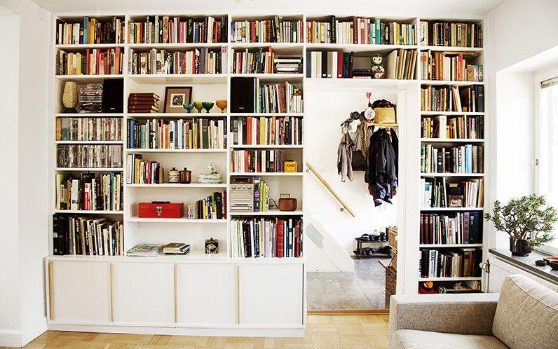 Platsbyggd bokhylla runt dörr Bokhylla Pinterest Vardagsrum, Bokhyllor och Inredning