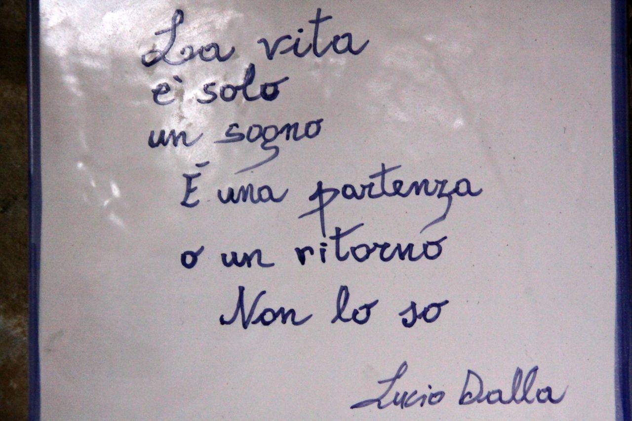 Frasi Di Canzoni Di Lucio Dalla Scritte Su Piastrelle Esposte Nell