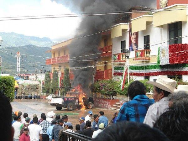 Presuntos zapatistas incendiaron Motozintla. * Foto: Periódico En Suma    MOTOZINTLA / 1 de octubre.  Agencias * Una treintena de detenidos, edificios públicos y empresas privadas quemadas y la liberación informal de unos 80 presos, así como la agresión a dos reporteros por parte de policías estatales, es el saldo que dejó la protesta postelectoral en Motozintla, localidad de la Sierra Madre de Chiapas, una de las más pobres del estado.