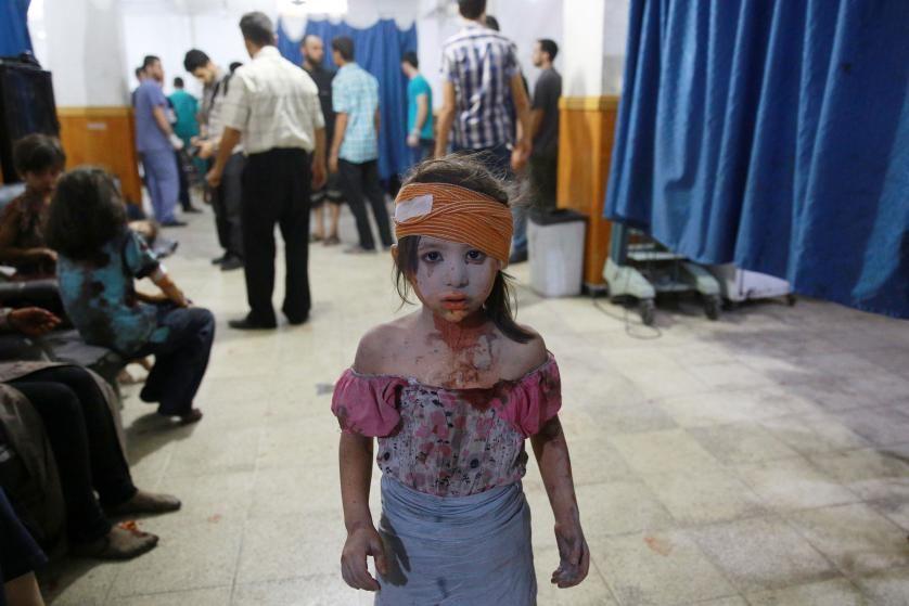 Una niña siria herida se encuentra en un hospital improvisado en la zona controlada por los rebeldes de Douma, al Este de la capital de Siria de Damasco, después de los bombardeos y ataques aéreos de las fuerzas gubernamentales sirias. 22 de agosto, 2015. Abd Doumany—AFP/Getty Images