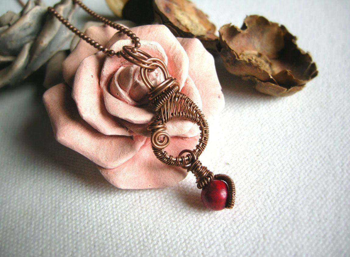 Ciondolo pendente rame wire art wire weaving artigianale unico fatto a mano unisex cerchio pietra rossa howlite catena lunga amore amicizia di WiredOnyx su Etsy