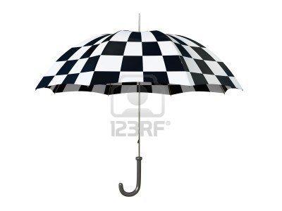 En blanco y negro paraguas aislados en fondo blanco   Foto de archivo