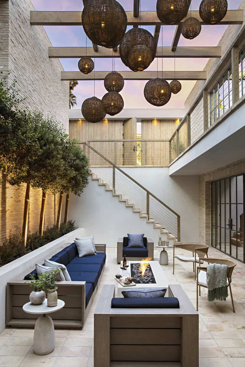 Stunning Modern House With A Two Story Courtyard In Southern California In 2020 Luxe Interiors Modern House Beautiful Homes