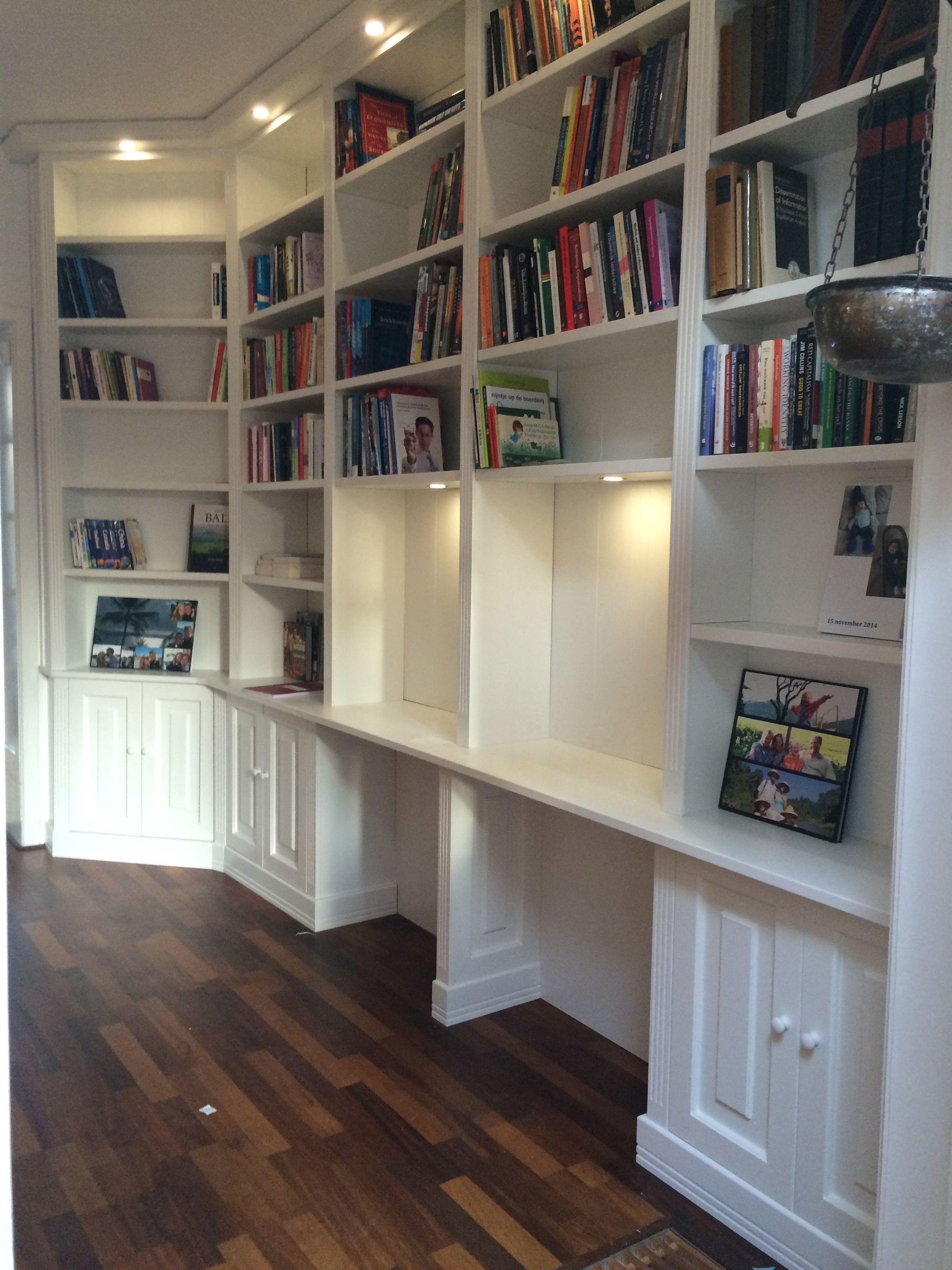Klassiek Engelse boekenkast met geïntegreerde werkplekken met ...