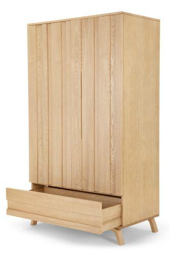 Luka Kleiderschrank in Eiche. Die Luka Kollektion, entworfen von unserem MADE Studio, gibt dem Skandi-Look eine neue Dimension. Mit den Vertiefungen erhalten die ansonsten schnörkellosen Designs ein raffiniertes Relief.