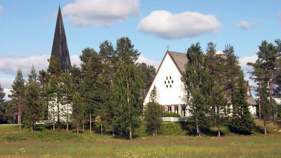 Pellon kirkko oikealla, vasemmalla kellotapuli