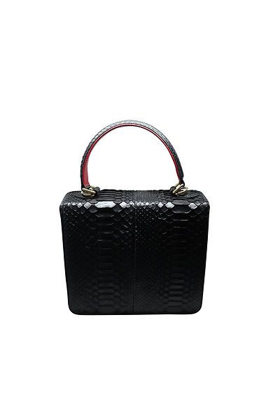 Handmade Handbags, designed and made in Spain Magnet closing, leather inside and out, 23 cm x 20 cm x 7 cm. Strap length 105cm