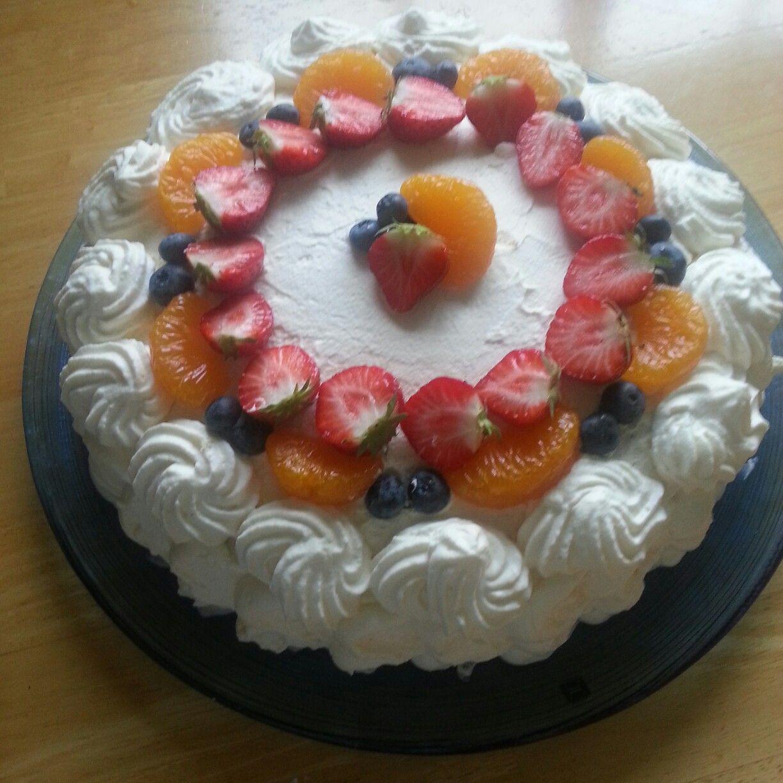 Bløtekake med jordbær ,vaniljekrem og fløtekrem.
