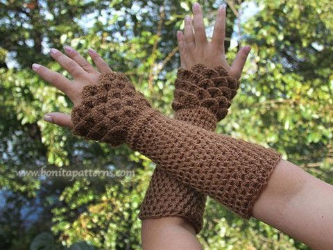 crocodile wrist warmers need to buy pattern but this would be very nice - Hakelmutzen Muster