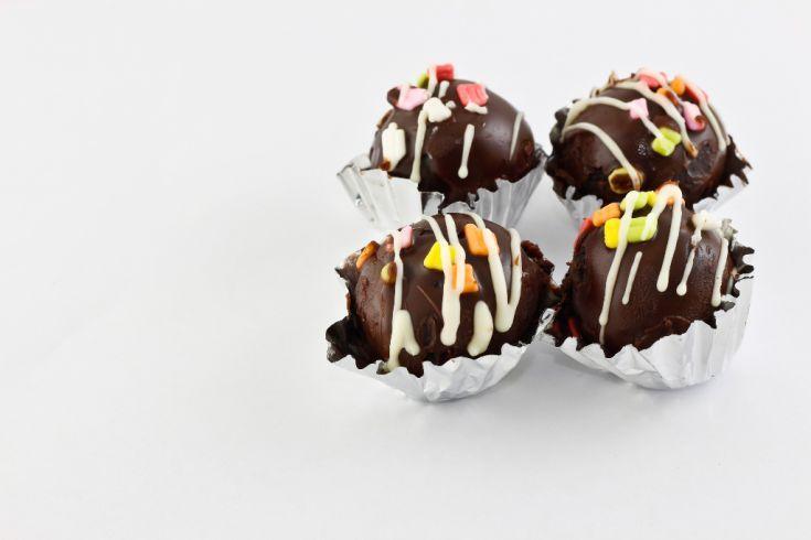 Čokoládové guľky s orieškami, datľami a hrozienkami