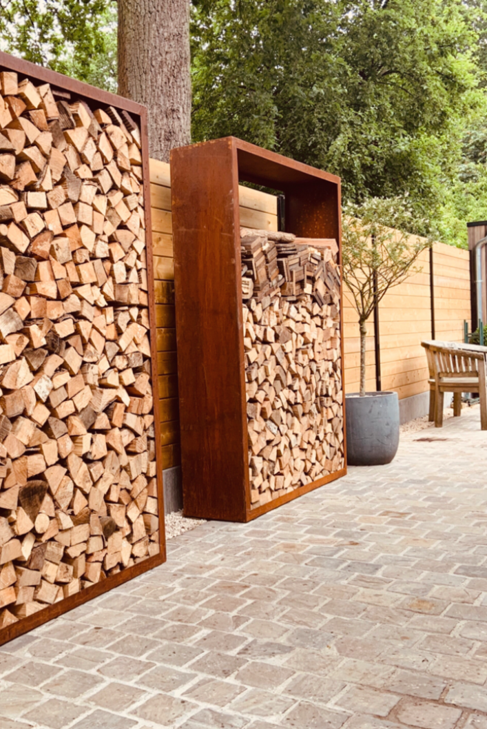 Wie Soll Man Holz Am Besten Lagern Am Sch Nsten Geht Es Finden Wir In Einem Holzlager Aus M Firewood Storage Outdoor Corten Steel Garden Design