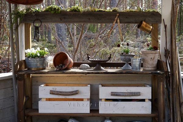 Viherrillin puutarhassa: Salainen kasvilaatikko ruukutuspöydän koristuksena, sopiva pienille kasveille, jotka pääsevät oikeuksiinsa silmäntasolla.