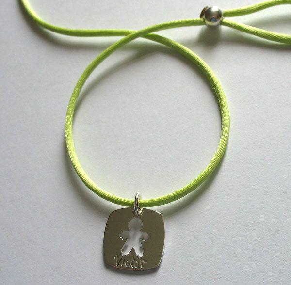 Médaille ajourée forme garçon, bijou à personnaliser avec la gravure d'un prénom, sur Marmottine : http://www.marmottine.fr/pendentif/1087-loupidou-medaille-carree-petit-garcon-argent.html
