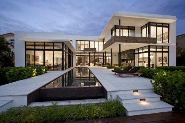 Riesiges Haus mit modernem Hofraum und gläserne Wänden - Weiß als ...