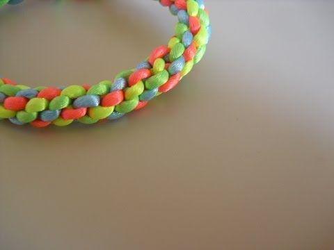 f12f018e8df2 Como hacer pulseras redondas de hilos de plástico o cola de ratón ...