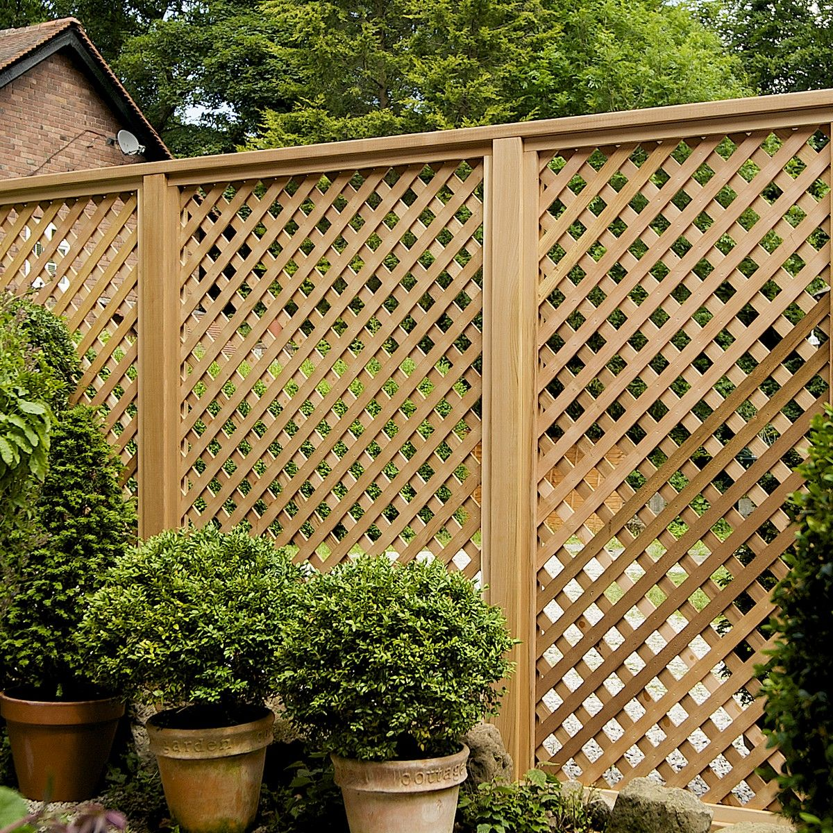 I love this lattice fencing. I need this to block the view