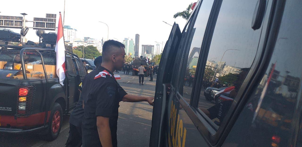 Mobil Polisi Dilempari Batu Oleh Demonstran Di Depan Gedung Dpr Mobil Polisi Gedung Mahasiswa