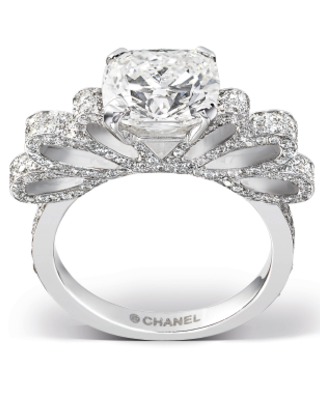 Diamond Chanel Bow Wedding Ring Cushion Cut Surrounded By 246 Brilliant Sparklers Set On An White Gold Ribbon Setting It S Ruban 1932