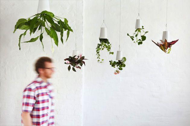 Originálne kvetináče zavesené na strope