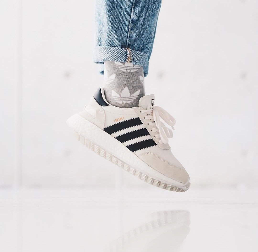 adidas Originals iniki white black/weiß schwarz // Foto ...