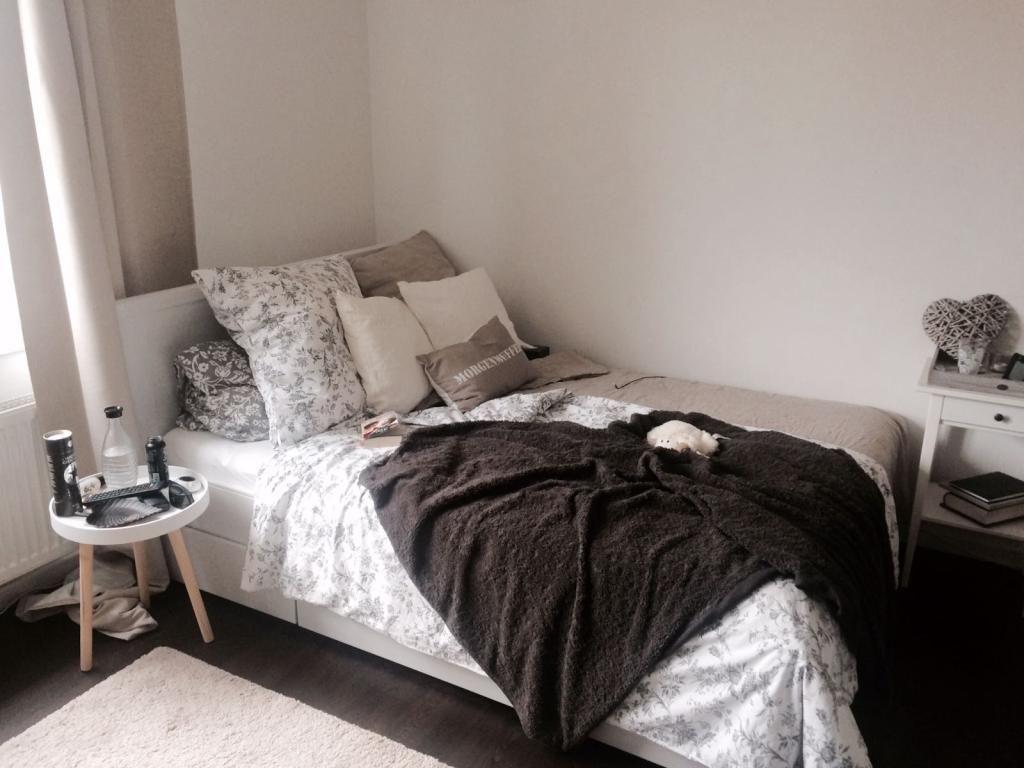 kuscheliges bett mit vielen kissen perfekt fr kalte herbsttage - Bett Backboard Ideen