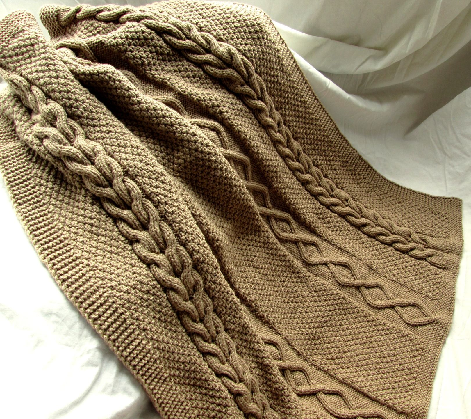 couverture petit lit ou plaid tricot fait main en grosse maille torsades irlandaises marron. Black Bedroom Furniture Sets. Home Design Ideas