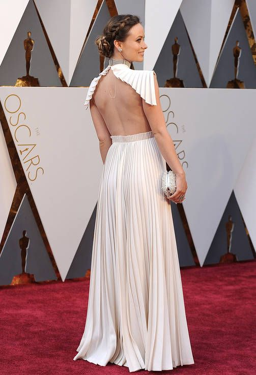 Olivia Wilden Valentinon haute couture-puvun avonainen selkä käänsi katseet.