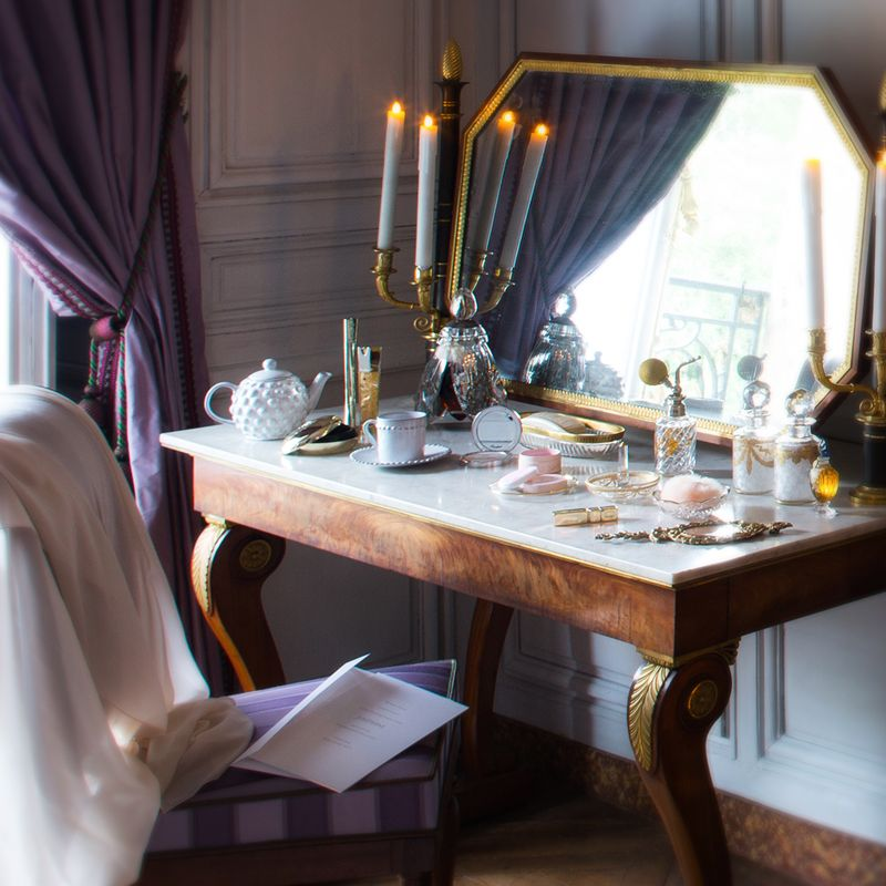 Follow the steps of Joséphine in the Château de Fontainebleau and discover the intimacy of her boudoir.