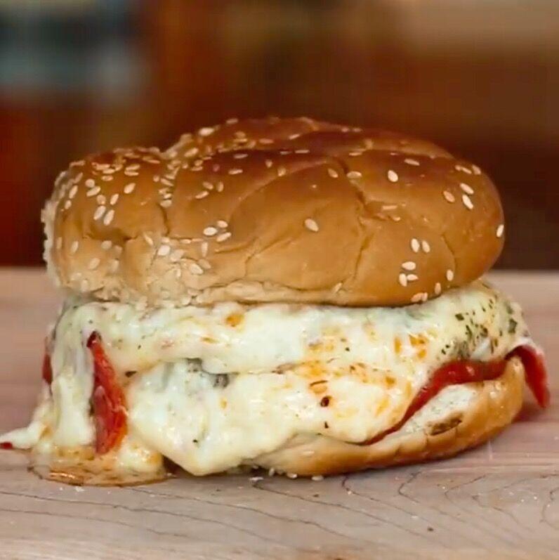 Für Fast Food Liebhaber, unser Pizza Burger! Warum zwischen Pizza und Burger entscheiden müssen, wenn man beides haben kann?