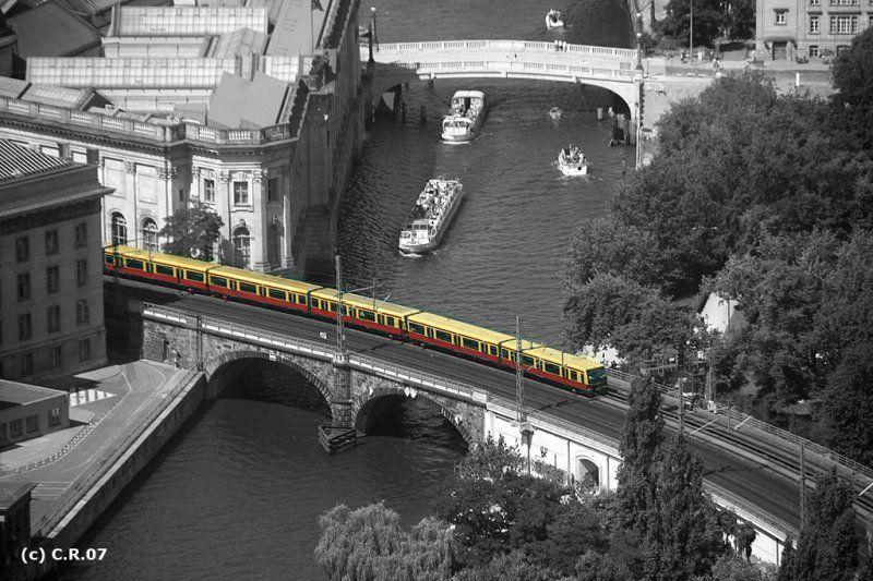 Die S Bahn Bringt Die Farbe Ins Spiel Stadtbahn Auf Der Brucke Von Der Museumsinsel Zum Hackeschen Markt Aufnahme Vom Ferns S Bahn Museum Insel Bahn Berlin