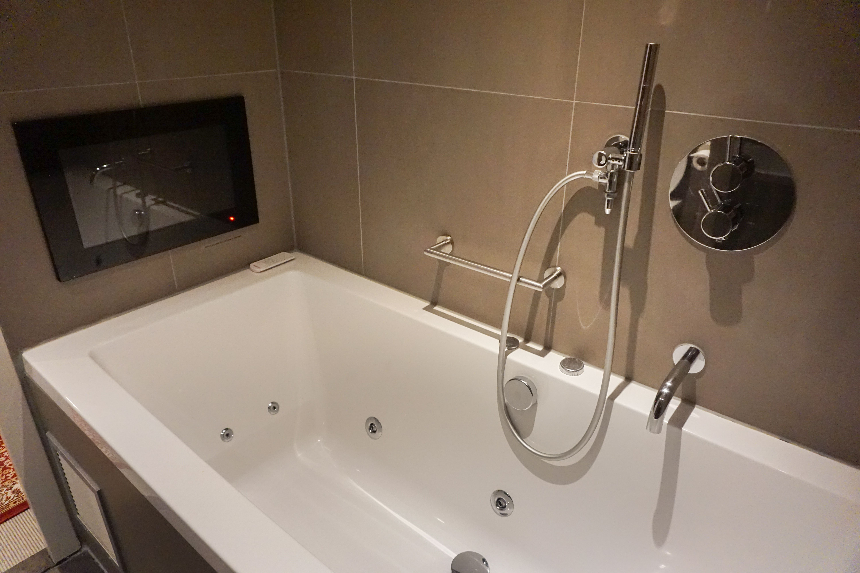 Hotel Jlno76 Bathroom Jacuzzi Tv