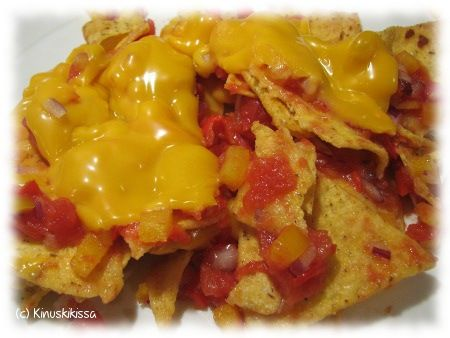 Tämä resepti on julkaistu Pirkassa nimellä kuorrutetut nachot. Tässä on hieman oikaistu: nachoja ei rakenneta yksi kerrallaan vaan kaikki ladotaan kerralla pellille ja kaadetaan salsa päälle. Kiva vaihtelu illanistujaisiin tavallisten chipsien tilalle. Olen tehnyt näitä pari kertaa ja tämän viimeisimmän jälkeen tulin siihen lopputulokseen, että en kerta kaikkiaan voi sietää enkä opi sietämään cheddar-juustoa. ;) […]