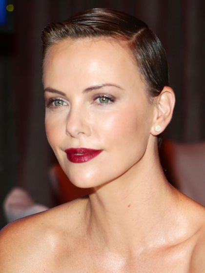 Pictures Charlize Theron Hair Styles And Colors Through The Years Charlize Theron With Natural H Charlize Theron Hair Charlize Theron Celebrity Hairstyles