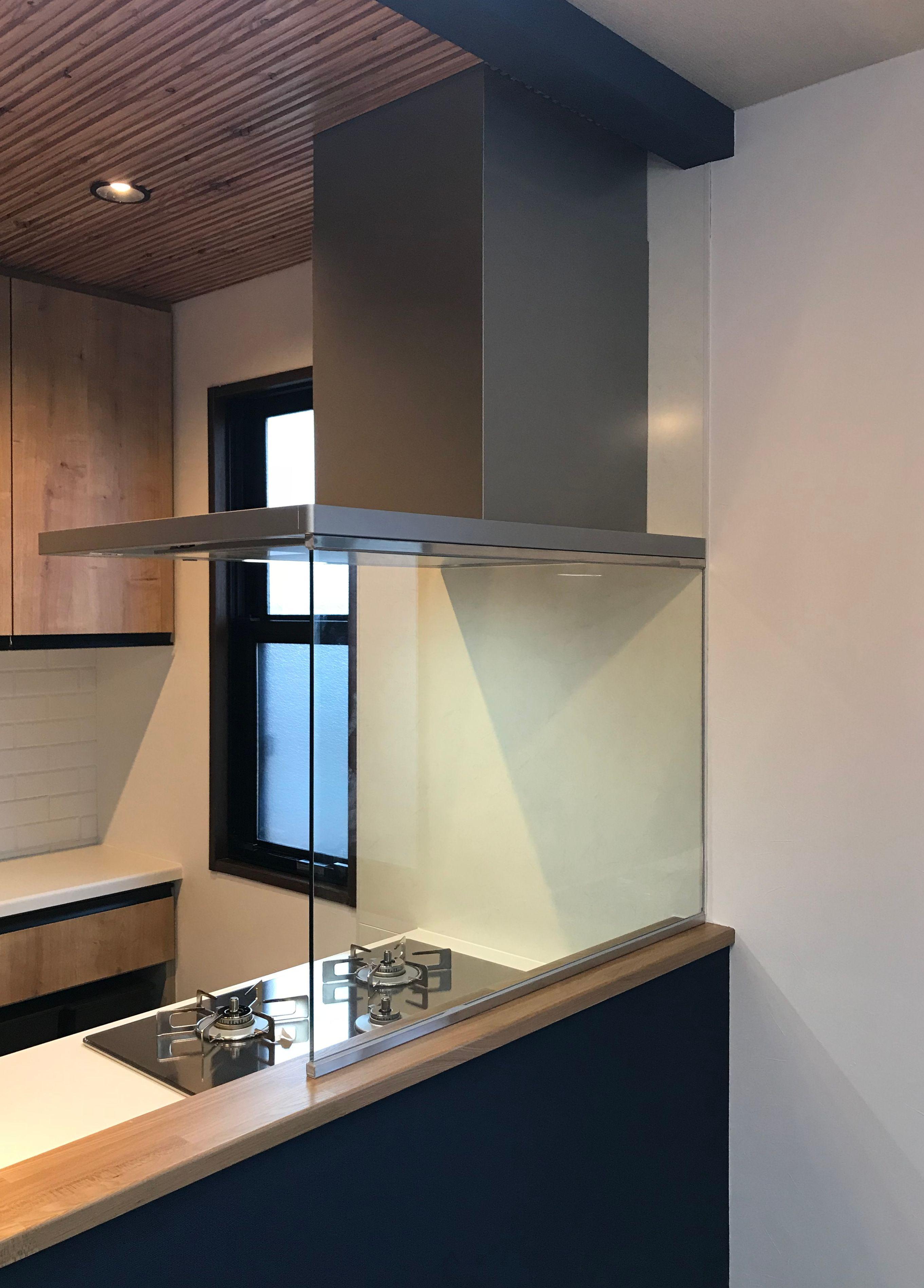 オイルガード ウォールタイプ を施工された事例です ウォールタイプは天地完全にガラスでカバーするので リビングへの油はね 水はね 煙の侵入を防ぎます キッチンレイアウト リビング キッチン カウンターキッチン レイアウト