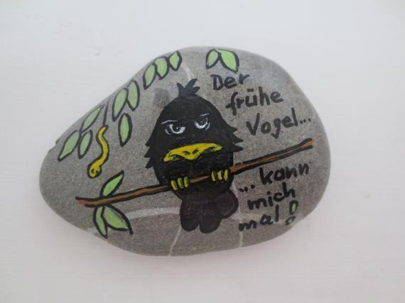 handbemalter Stein 10x8 cm mit lustlosem Vogel, bemalter Stein mit schwarzem Vogel, Der frühe Vogel..., cooler Vogel auf Stein, Kieselstein