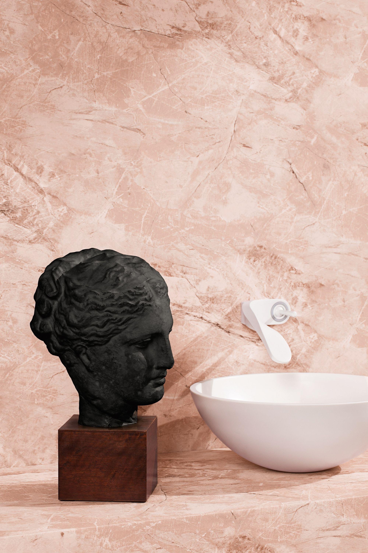 Effet Marbre Rose Sur Les Murs Dans Cette Salle De Bain Luxueuse