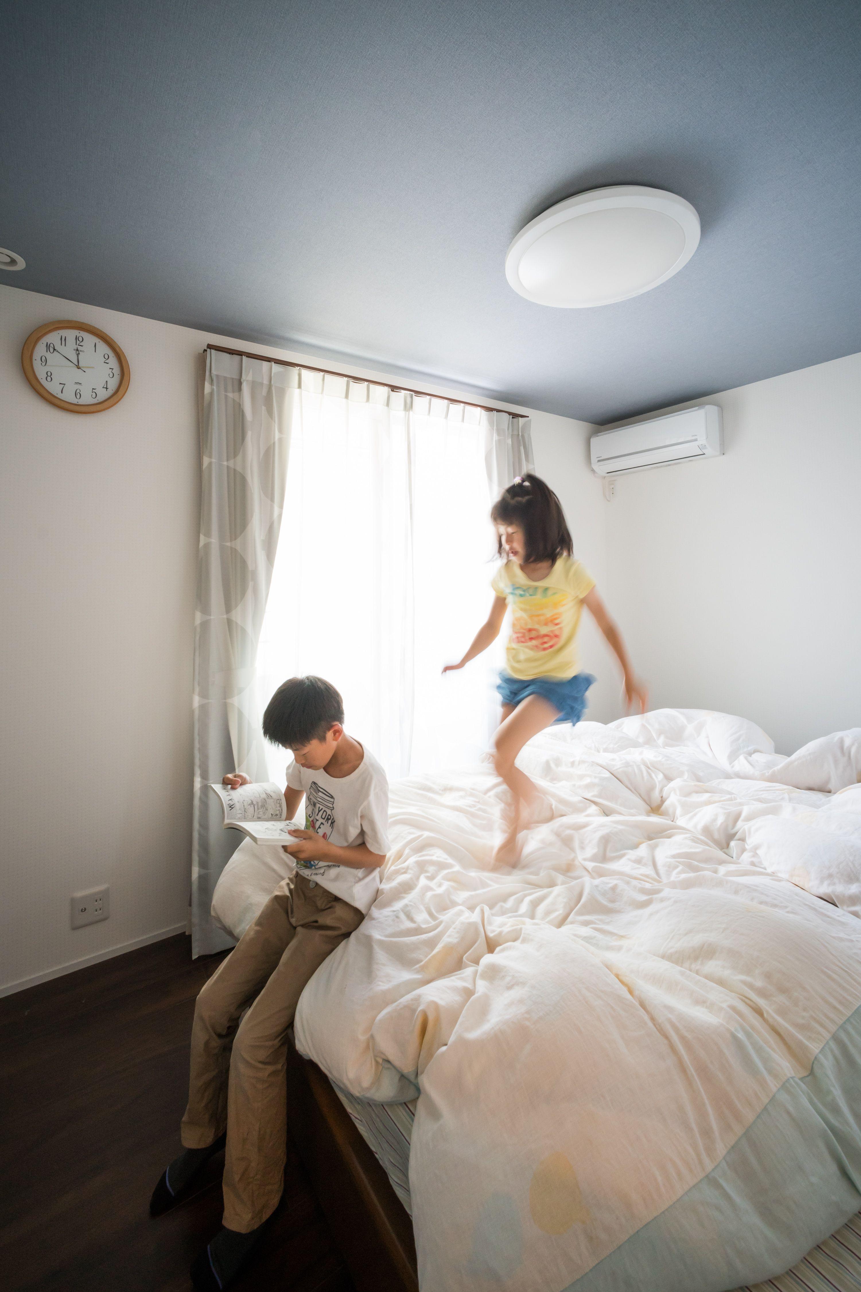 天井にアクセントクロスを施した寝室 ルポハウス 設計事務所 工務店