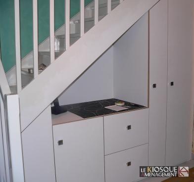 rangements sous escalier avec portes et tiroirs - Le Kiosque - porte de placard sous escalier
