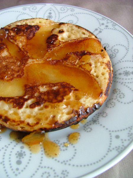 """Les Kouigns (""""petit gâteau"""" en breton) sont de petites crêpes épaisses qui ressemblent un peu à des pancakes, préparés à partir d'une pâte levée dans laquelle on incorpore de la pomme râpée ou, comme ici, des quartiers de pommes caramélisés.En ce jour de Chandeleur, je vous propose de découvrir une recette originale de crêpes. Je vous avais déjà donné ma recette de pâte à crêpes classique ICI, détournée en version gâteau au nutella LA. Aujourd'hui j'avais envie de vous emmener découvrir..."""