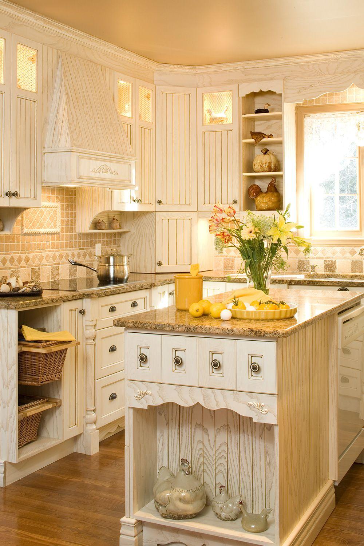 Lumineuses les armoires cr mes de cette cuisine de style shaker en fr ne massif sont laqu es et - Meuble shaker ...