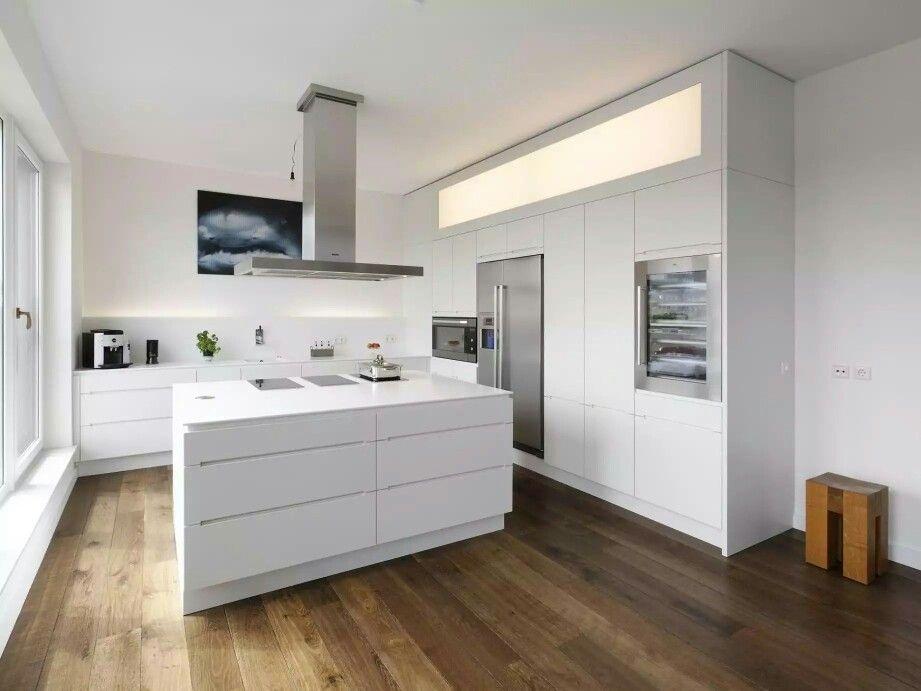 Warm flooring, white minimalist kitchen Küche planen