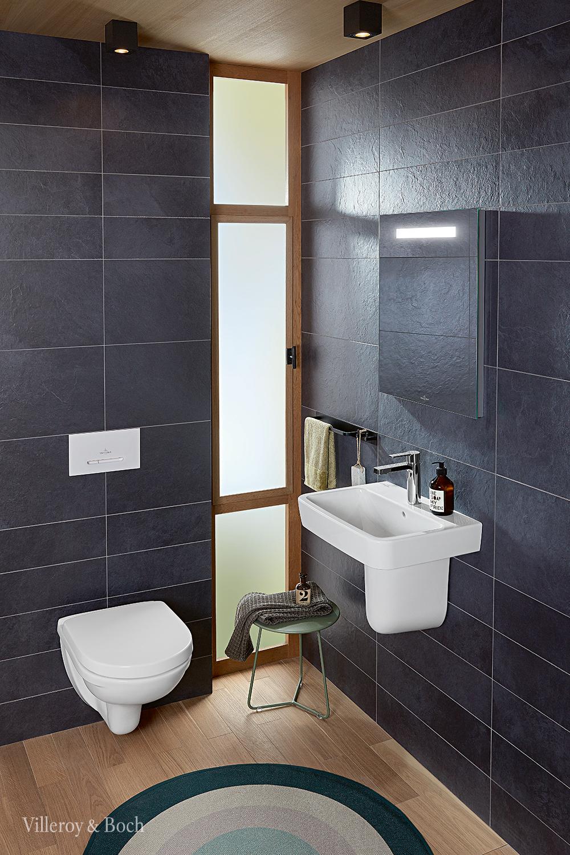 Dunkle Fliesen Und Ein Boden In Holzoptik Verleihen Deinem Gastebad Einen Edlen Look In 2020 Badezimmer Design Badezimmereinrichtung Modernes Badezimmer