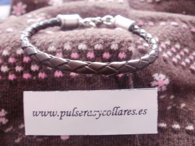 pulseras de cuero con piezas de zamak hechas a medida y con tus colores preferidos. visita nuestra web www.pulserasycollares.es