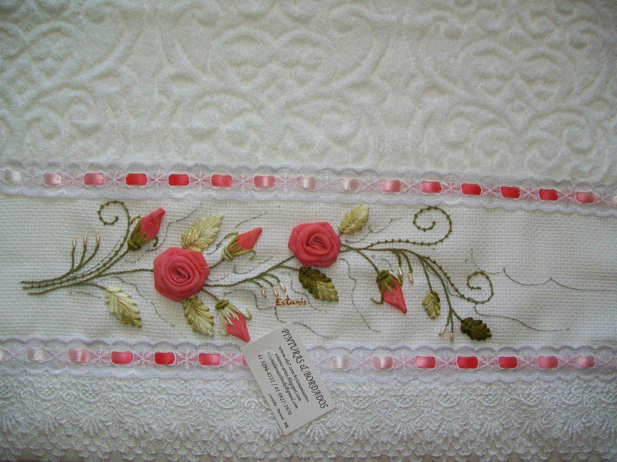 Toalha de rosto branca, de excelente qualidade, bordada em voal e acabamento com renda guipir. <br> <br>Frete por conta do cliente.
