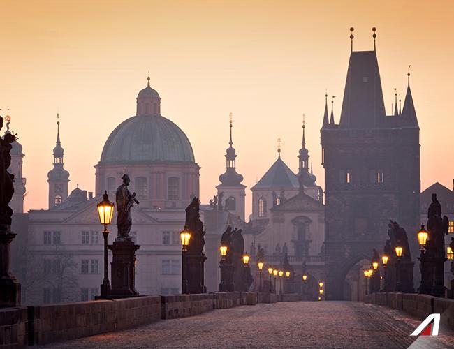 #Praga: il centro medievale è ancora oggi un suggestivo labirinto di vicoli, il tutto sovrastato dal castello.  The medieval center of #Prague is still today an incredible #labyrinth of alleys, all this overlooked by the #castle. #Alitalia #flight #discover #travel #love #journey #amazing #place #world