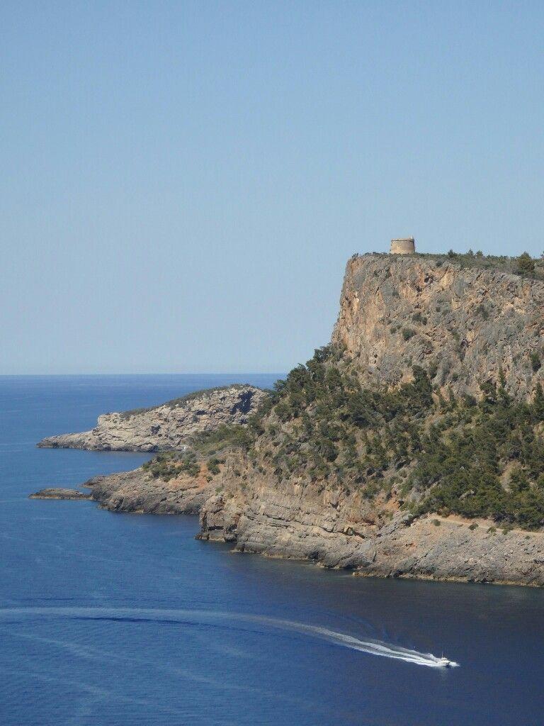 Der Wehrturm Torre Picada oberhalb der Bucht von Soller diente der Küstenverteidigung. Insgesamt gibt es 85 dieser Beobachtungs-und Wehrtürme auf Mallorca.  Juni 2016