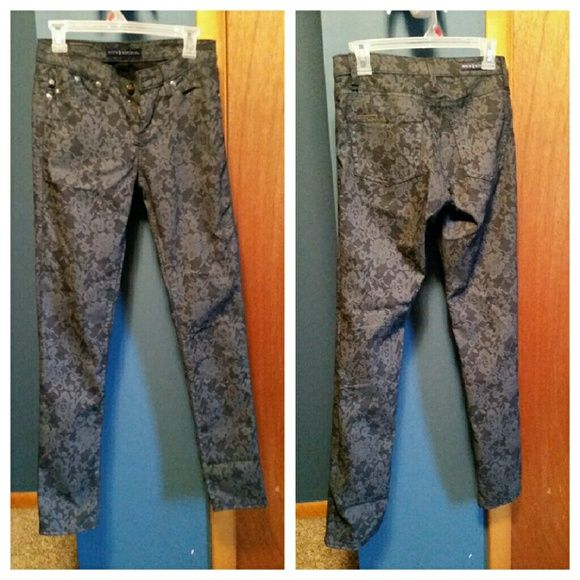 Rock and Republic cotton patterened skinny pants In excellent condition. They are like a deep dark blue with gray pattern. Super cute. Rock & Republic Pants Skinny