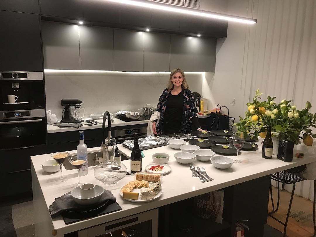 1,438 отметок «Нравится», 15 комментариев — Hannah And Clint (@hannahandclint) в Instagram: «We got to test out the new kitchen tonight. Get a load of that bench space!»
